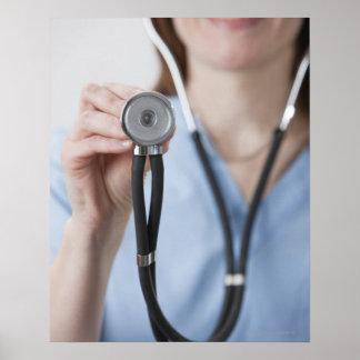 Doutor fêmea de sorriso com estetoscópio poster