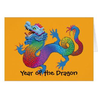 Dragão colorido no cartão chinês amarelo do ano