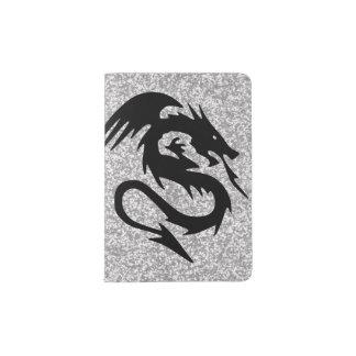 Dragão de ataque na prata capa para passaporte
