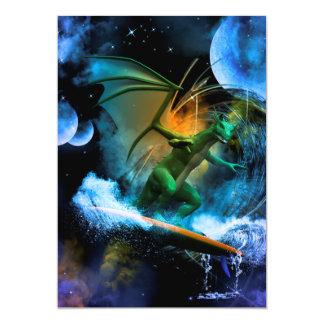 Dragão surfando engraçado convite 12.7 x 17.78cm