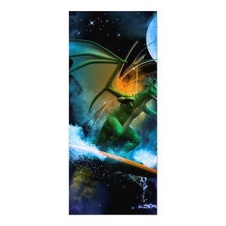 Dragão surfando engraçado convite 10.16 x 23.49cm