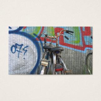 Duas bicicletas e um cartão com fotos pequeno da