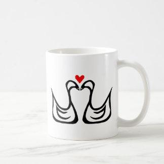 Duas cisnes e uma caneca do coração