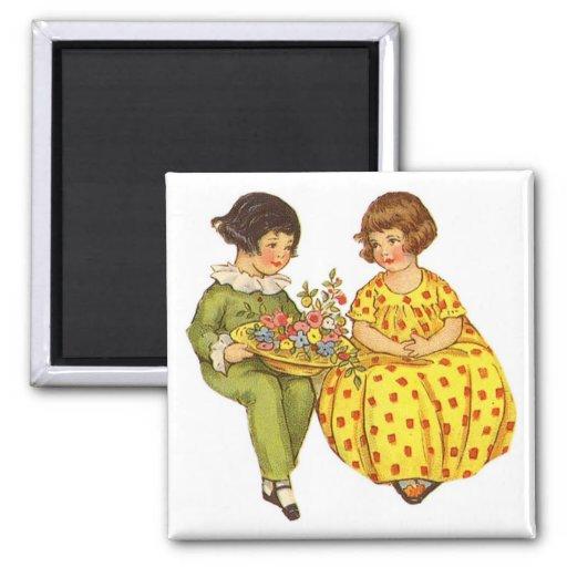 Duas crianças com os ímãs do vintage das flores imas
