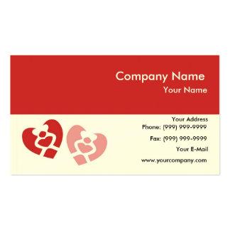 Duas formas dos corações feitas pelo abraço dos cartão de visita