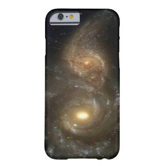 Duas galáxias espirais que colidem capa barely there para iPhone 6