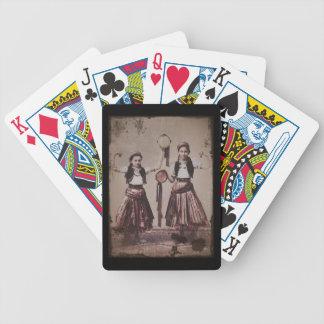 Duas meninas aciganadas com Tamborines Baraloho De Pôquer
