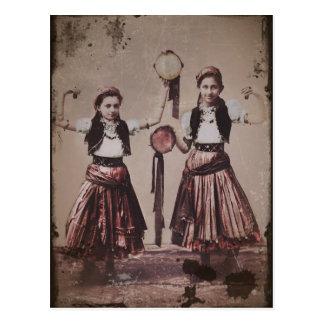 Duas meninas aciganadas com Tamborines Cartão Postal