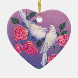 Duas pombas e flores em um coração ornamento de cerâmica coração