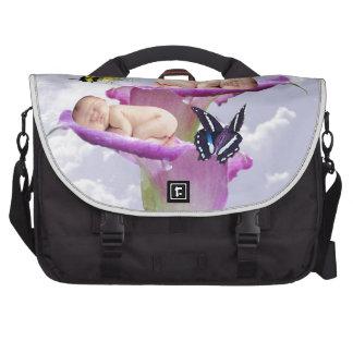 Duas vezes a alegria com gêmeos do bebê rega o maleta para laptop