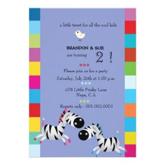 Duas zebras - a festa de aniversário gêmea roxa co convite personalizado