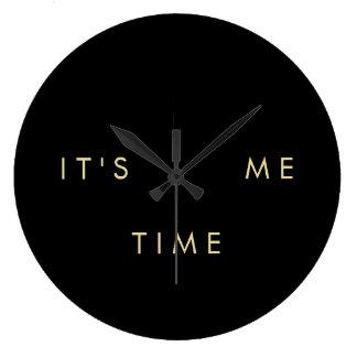 É mim ouro elegante do tempo no preto relógio grande