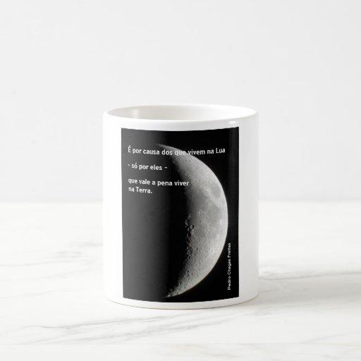 É por causa dos que vivem na Lua. Canecas