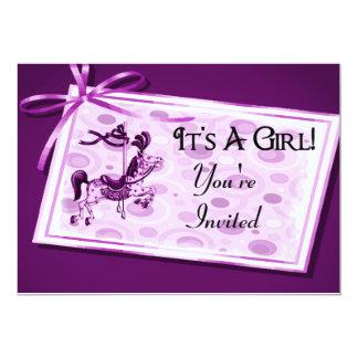 É um arco do carrossel do rosa da menina convite 12.7 x 17.78cm