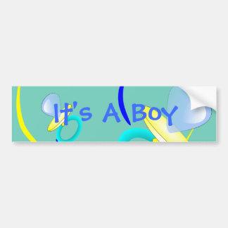 É um autocolante no vidro traseiro do menino adesivos