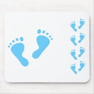 É um menino - pés do bebê azul