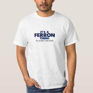 É um t-shirt do sobrenome da coisa de Ferron