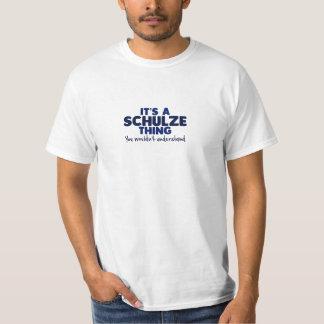 É um t-shirt do sobrenome da coisa de Schulze