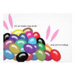 É uma caça do ovo da páscoa e você é convidado con convites personalizado