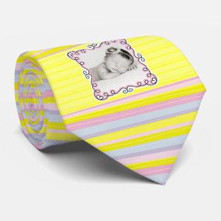 É uma foto listrada do pai da menina amarelo novo gravata