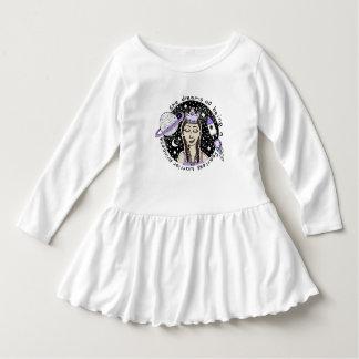 É vestido sem medo do plissado da criança