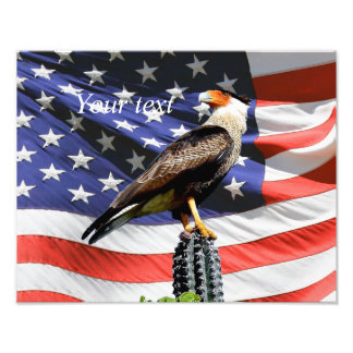 Eagle em um cacto na frente da bandeira dos EUA Impressão De Foto