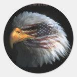 Eagle patriótico com fundo da bandeira adesivos em formato redondos