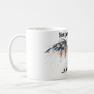 Eagle patriótico spashed no copo da bandeira caneca de café