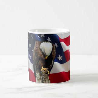 Eagle triste na caneca praying da bandeira