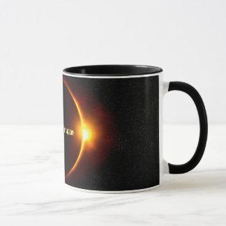 Eclipse solar no preto da ação caneca combinado de