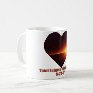 Eclipse total da caneca de café do coração