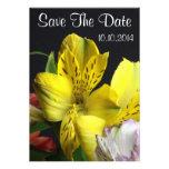 Economias amarelas da flor do lírio a data convites personalizados