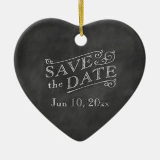 Economias românticas do coração a data no quadro ornamento de cerâmica coração