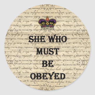 Ela que deve ser obedecida adesivo redondo