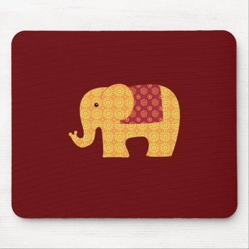 Elefante alaranjado bonito da flor no vermelho mousepads
