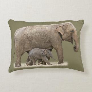 Elefante e seu bebê almofada decorativa
