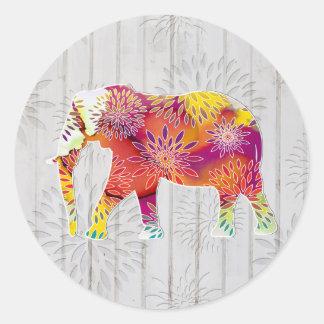 Elefante lunático bonito no design de madeira adesivo redondo