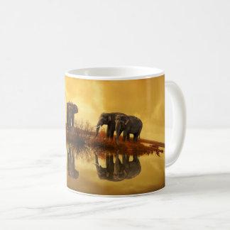 Elefantes na caneca de café da reflexão do lago