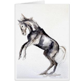 Elevando o cartão de cumprimentos do cavalo