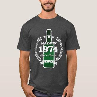 Em 1974 camiseta feita do sinal da cerveja do