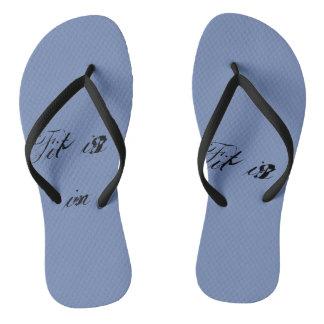 Em forma em sandálias de banho is