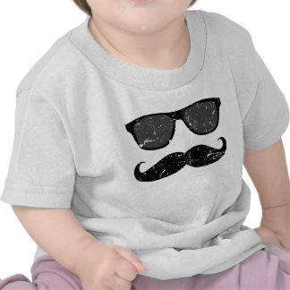 em incógnito - bigode engraçado e máscaras cor-de- camiseta