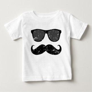 em incógnito - bigode engraçado e máscaras legal camiseta para bebê