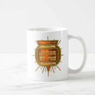 Em Jesus nós confiamos a caneca de café do design