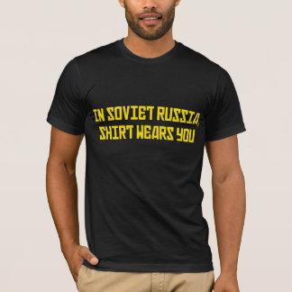Em Rússia soviética a camisa vestir-lo