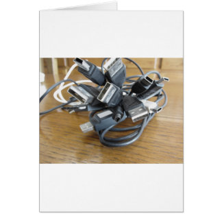 Emaranhado de cabos empoeirados do computador com cartão