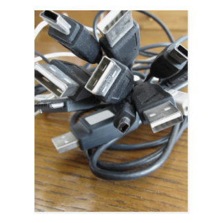 Emaranhado de cabos empoeirados do computador com cartão postal