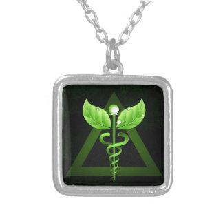 Emblema verde escuro da medicina alternativa do colar banhado a prata