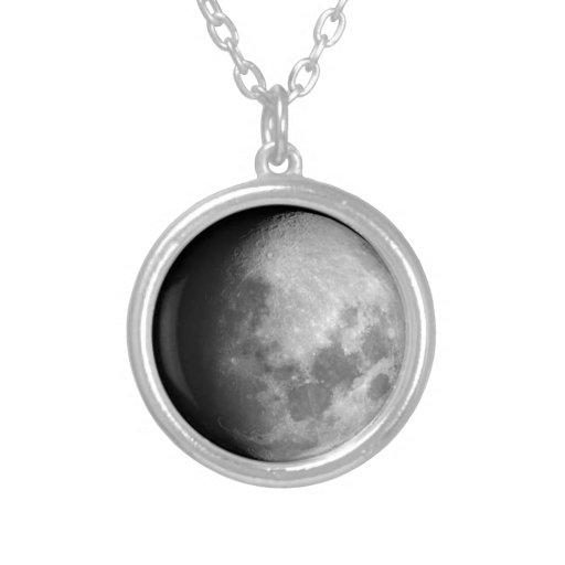 encerando a colar Gibbous da fase da lua