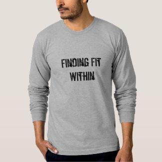 Encontrando o ajustado dentro camiseta